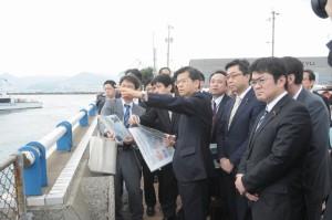 石井国交相らと下関北九州道路建設想定地を視察